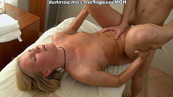 Сексапильная блондинка получила отменный массаж тела и классный трах
