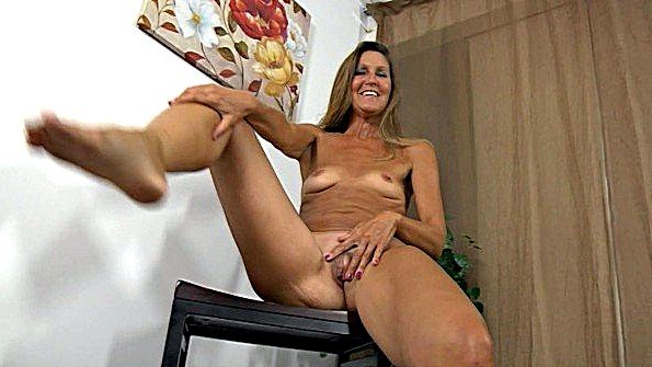 Престарелая баба раздевается догола на стуле и показывает прелести