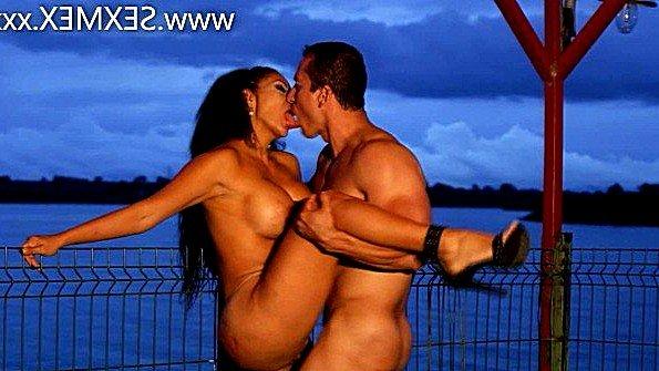 Бабенка с крупными титьками яростно трахается на берегу озера