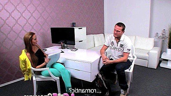 Женщина порно агент с крупной грудью проверяет член кандидата