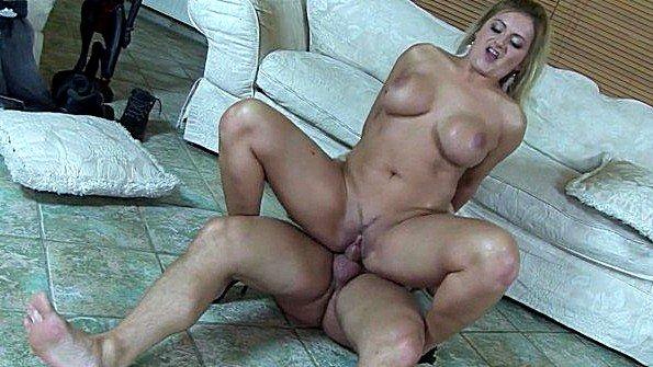 Женщина с огромными буферами грубо трахается с молодым парнем