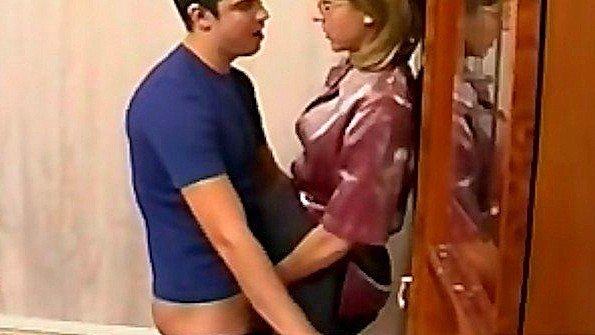 Подсмотрела за дрочкой сына в ванной комнате и заставила трахаться