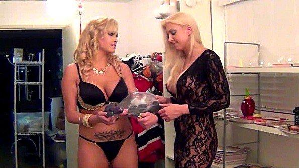 Соблазнительные актрисы с массивными буферами готовятся к съемкам