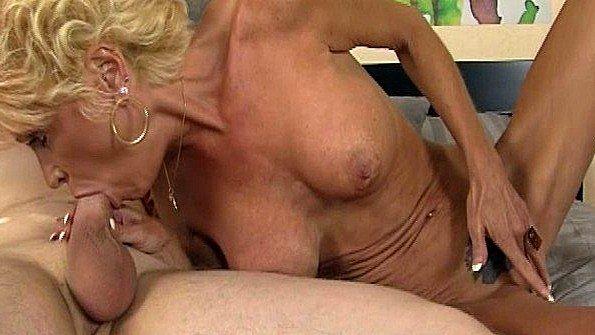 Старая тетя уложила племянника в кровать и принялась сосать его хуй