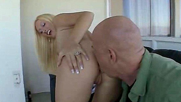 Раскованная блондинка готова необузданно потрахаться с мужиком