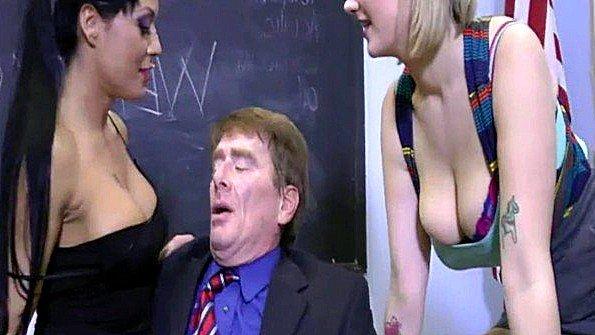 Две грудастые студентки сексуально измываются над преподавателем