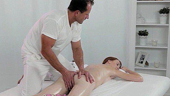 Клиентка с красивой жопой быстро раздвинула ноги перед массажистом