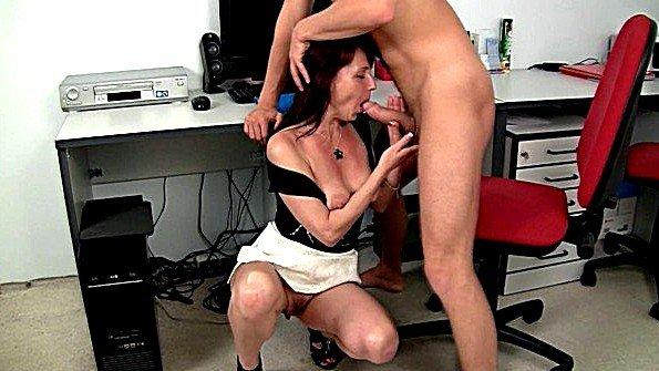 Старая секретарша предложила молодому начальнику еблю с ней