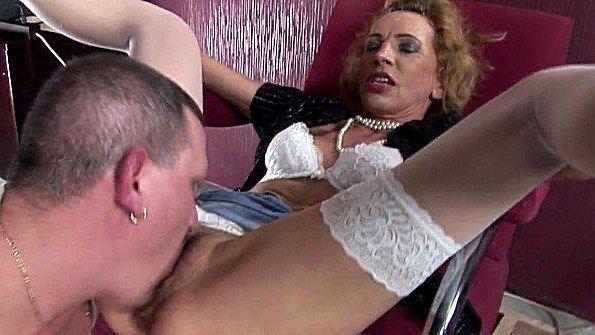 Немецкая баба застала мужа за просмотром порнухи и горячо ебется в жопку
