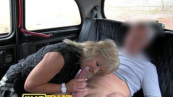 Заматерелая пассажирка знакомится с хуем таксиста в машине