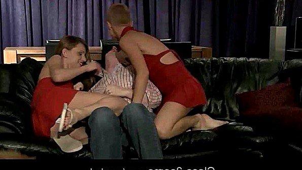Две бабы зажали пьяного мужика на диване и делают отсос с еблей