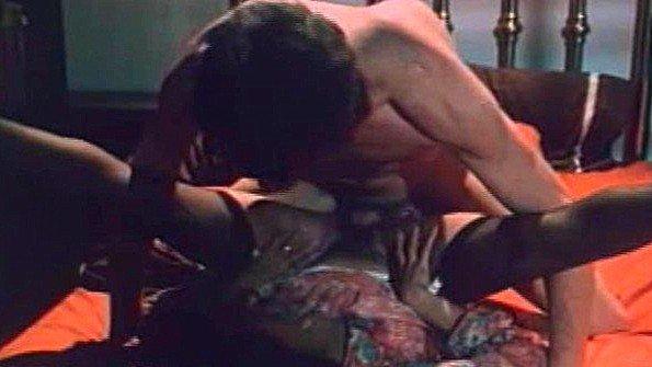 Заматерелая матюрка безумно ебется с любовником в постели