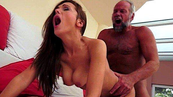 Престарелый мужик готов брутально выебать даму и вылить семя на лобок