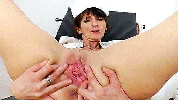 Старая медсестра гладит пизденочку в кабинете и круто кончает