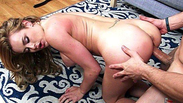 Матюрка с массивной грудью хардкорно трахается с любовником