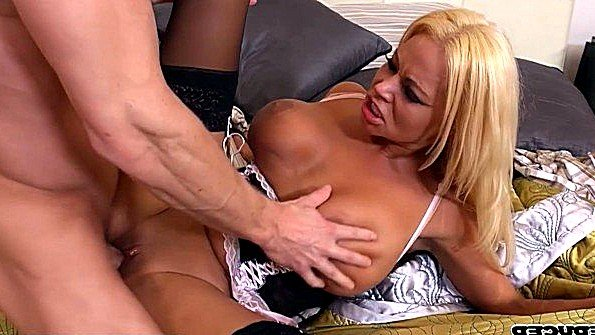 Заматерелая мамаша с массивными грудями сильно ебется с любовником