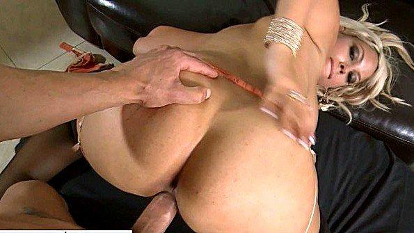 Домохозяйка с крупными сиськами встает раком и горячо отдается