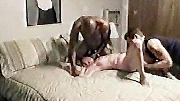 Муж помогает негру неистово оттрахать свою пошлую жену в постели