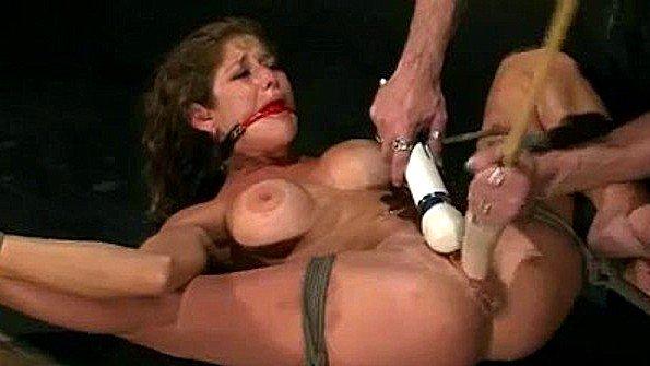 Связанная сексуальная рабыня бурно сквиртит от прикосновений вибратора