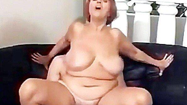 Толстая рыжая баба с крупными титями ебется с молодым пареньком