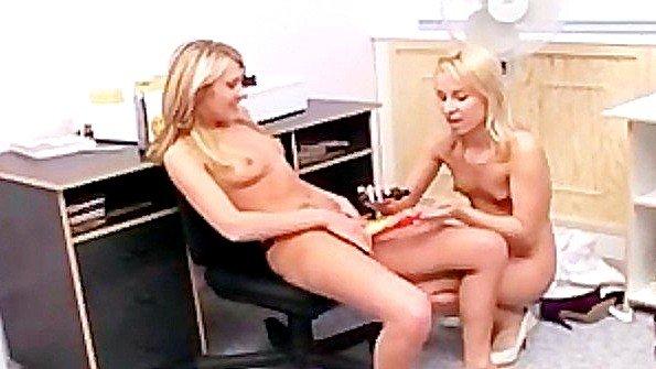 Две блондинки устроили горячий трах со страпоном прямо в офисе