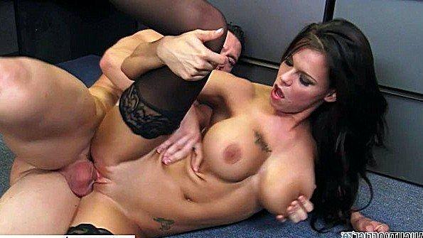 Офисная леди с крупными титьками свирепо ебется с коллегой