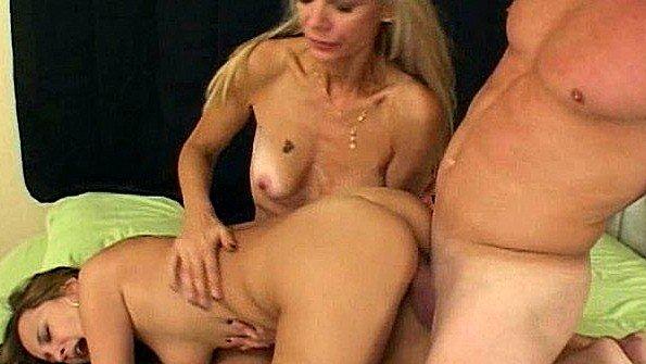 Домохозяйка обучает молодую сучку по адски ебаться в постели