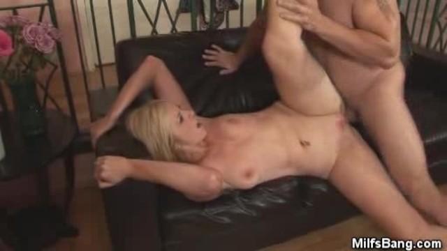 Старуха рада горячо поебаться с любовником на диване до экстаза