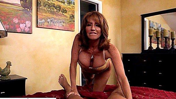 Бабенка с большими сисяндрами пришла в комнату к парню и занялась членом