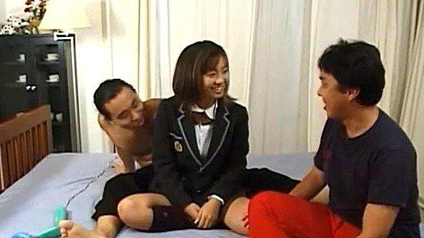 Японка разрешает двум парням пристроиться к ней с разных сторон