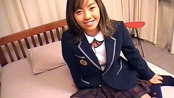 Задрал юбку на молодой японке и проверяет своим хуем ее пизду