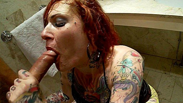 Татуированная зрелка аналит жопу в ванной комнате и кайфует