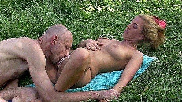 Старик присоединился к мастурбирующей в поле сучке и вылизал пизду