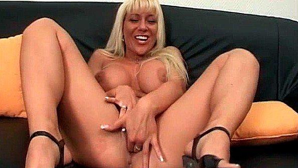 Блондинка с крупными буферами нализалась хуя после своей дрочки