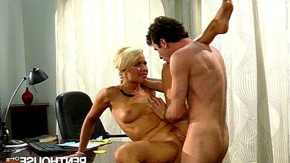 Грудастая зрелая секретарша жестоко отдается боссу на своем столе