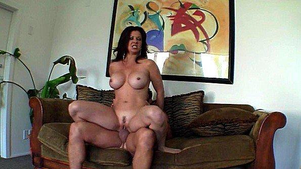 Мамочка за 50 с крупными сиськами горячо спаривается с любовником