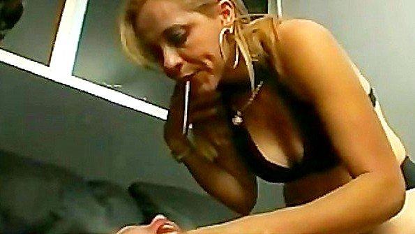 Сразу четыре сучки издеваются сексуально над одной девушкой