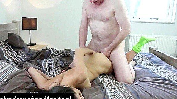 Старый мужик здорово ебет молодую деваху по всей квартире