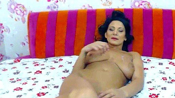 Замужняя дама с массивной грудью показывает развратную мастурбацию