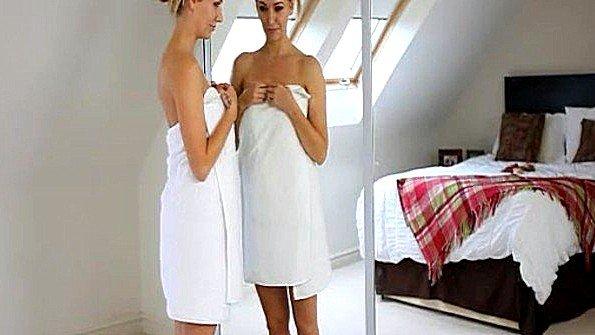 Деваха с огромными сисяндрами смотрит на себя в зеркало и ласкает дойки