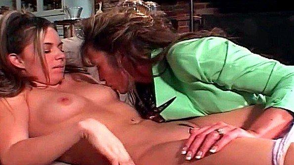 Мамочка с крупными сисями раздела молодую девицу и лижет ей пизду