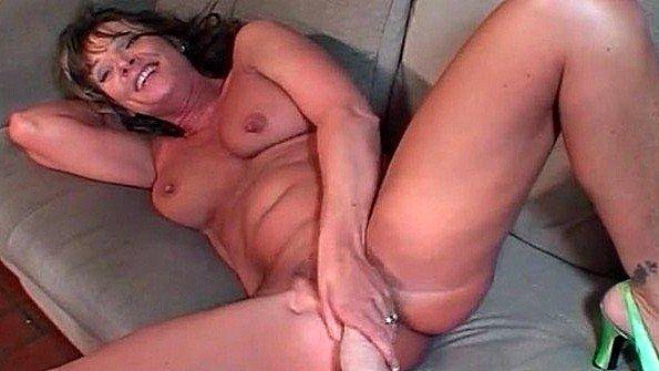 Дама в возрасте жадно насаживается пиздой на страпон девушки