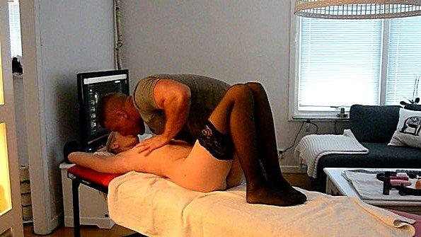 Делает массаж бабенке и вылизывает ее пизду своим языком