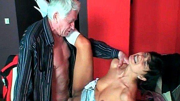 Старик трахает молодую девку в свое удовольствие и дарит сперму