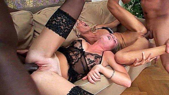 Две шлюшки поделили мужиков и страстно ебутся с ними до экстаза