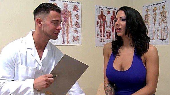 Пациентка с большими грудями сосет у доктора и согласна потрахаться