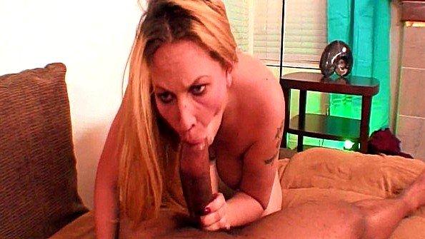 Блондинка готова долго сосать крупный фаллос ради вкусной спермы