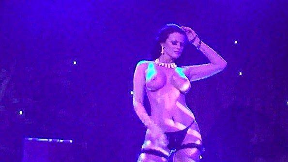 Матюрка с большими сиськами показывает эротическое шоу на сцене