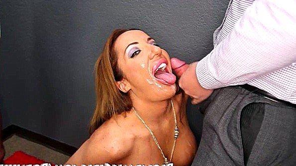 Мадам с большими сисями насасывает хуи парней и жаждет сперму