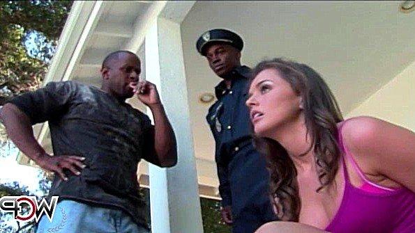 Преступница ебется с чернокожим полицейским вместо попадания в тюрьму